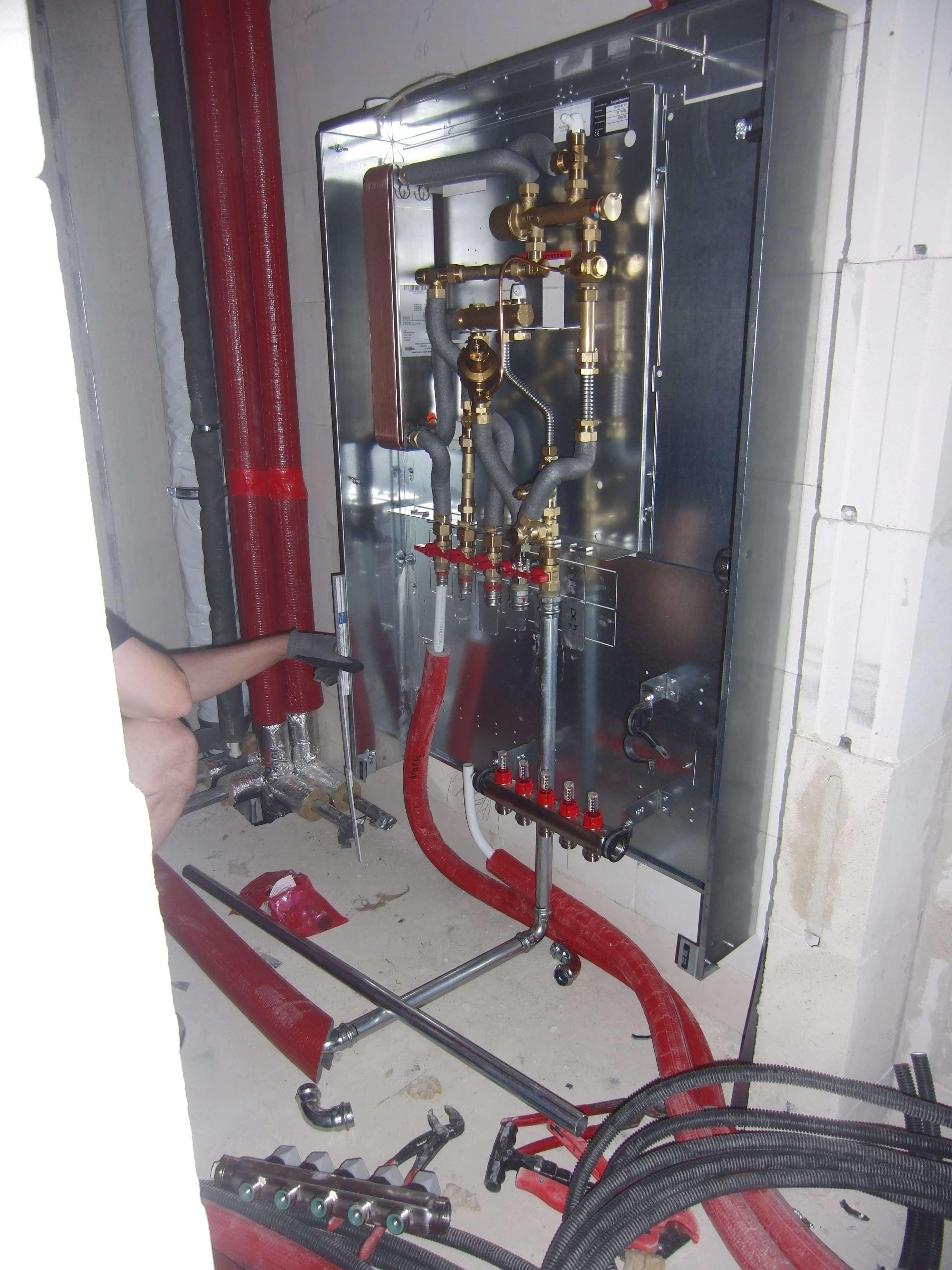 Montage der Wohnungsübergabestationen mit Wärmetasucher für Fußbodenheizung und Warmwasser
