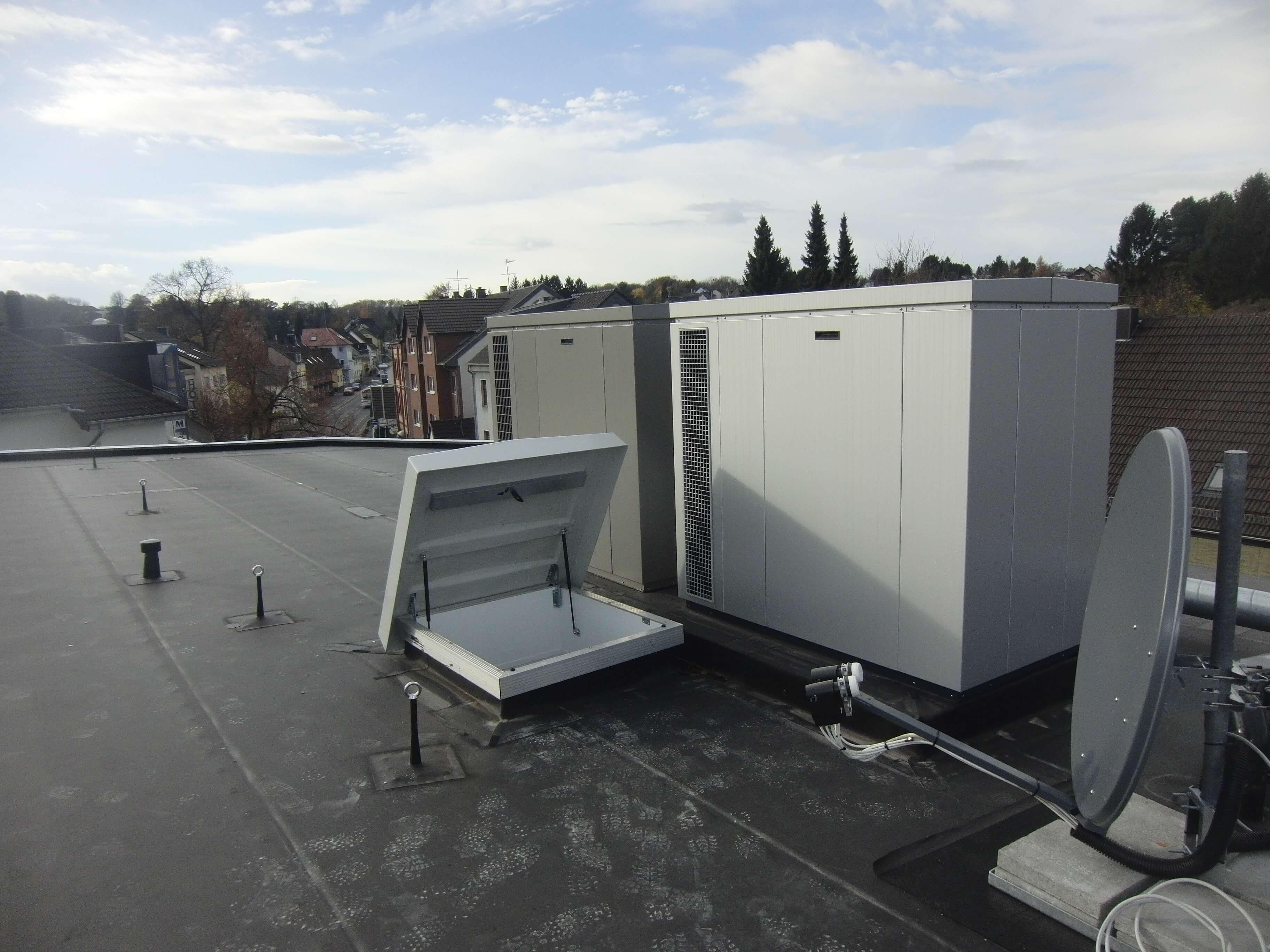 Zwei kaskadierte Außengeräte in Schallschutzhauben auf dem dach